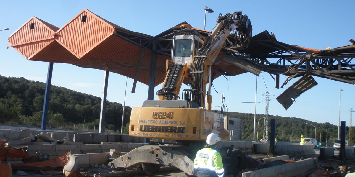 Enderroc de les estructures del peatge El Vendrell AP7 i construcció nova traça troncal autopista.