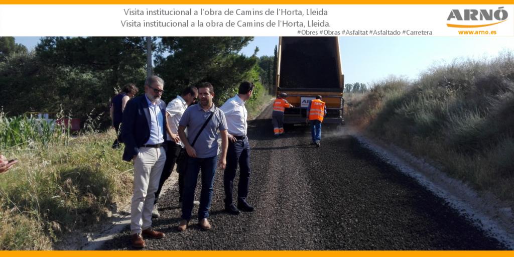 A l'obra de Camins de l'Horta (Lleida) s'ha reutilitzat l'àrid del fresat per al nou sòl. / En la obra de Camins de l'Horta (Lleida) se han reutilizado los áridos del fresado para el nuevo suelo.