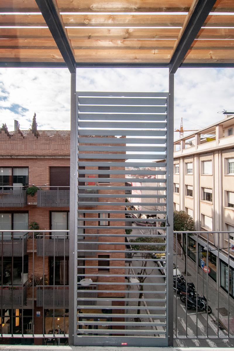 Detalle balcón, pisos para personas mayores en sant cugat. Benito Arnó. Foto: promusa