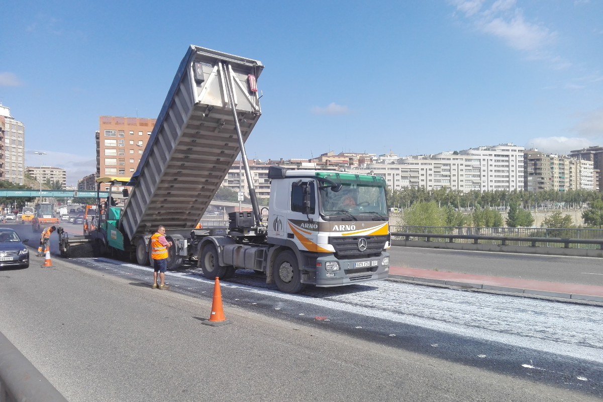 Aplicación de la mezcla asfáltica sobre la capa de mejora de la adherencia Asphacal. Puente de la Universidad, Lleida. Arnó