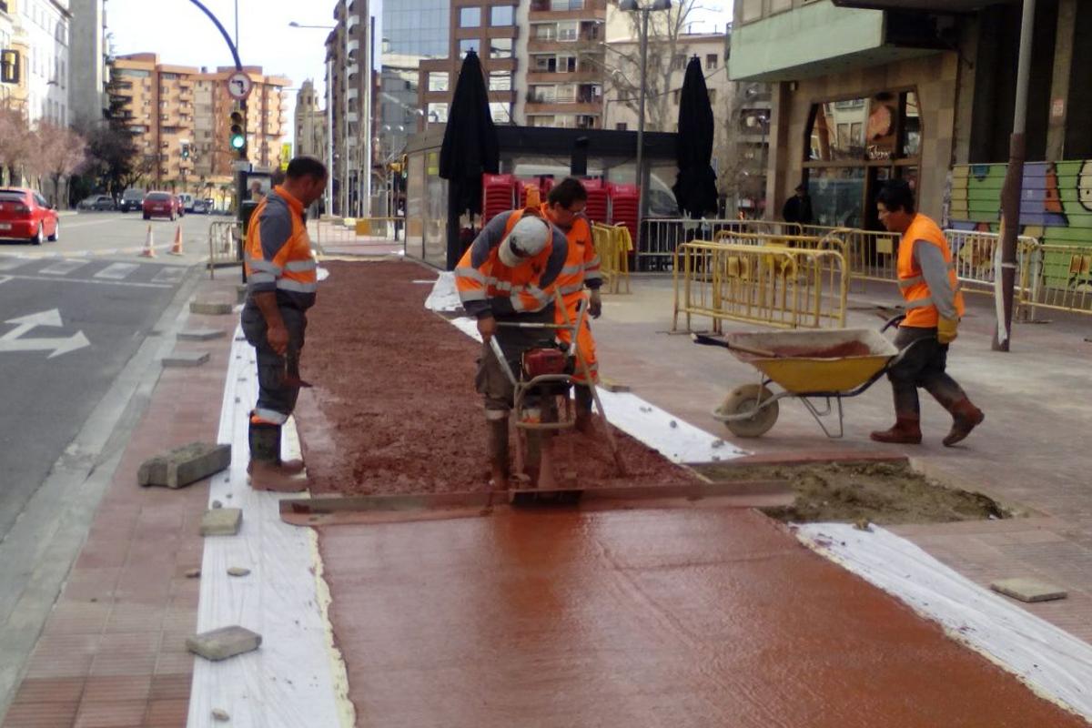 Aplanado del hormigón tintado del carril bici. Lleida. Arnó