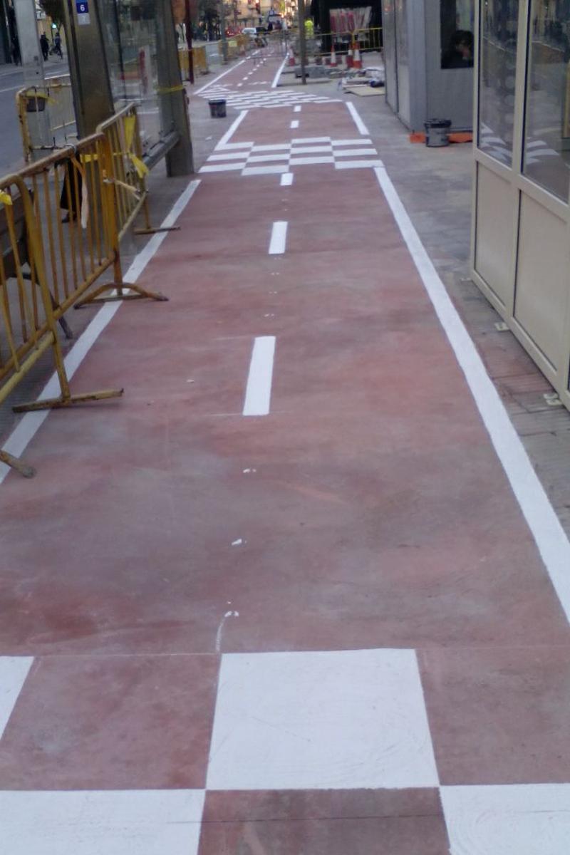Líneas de delimitación del carril bici. Lleida. Arnó