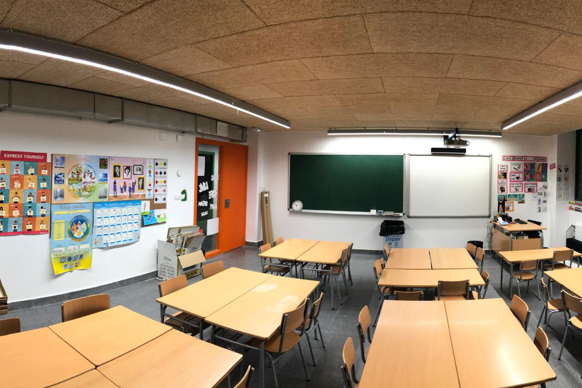 Perspectiva de aula con pizarra y puerta CEIP Palau Ametlla-11-Arno