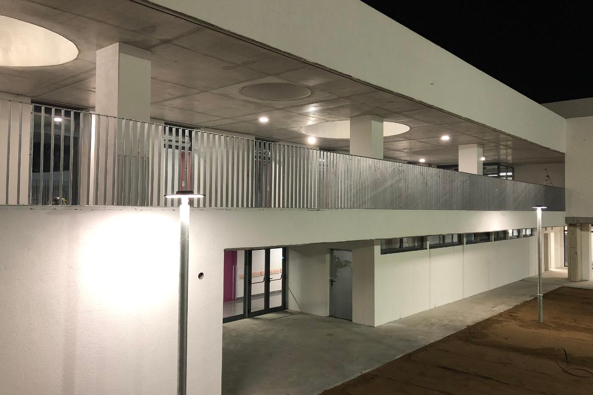 Vista de acceso a aulas y entrada desde el patio CEIP Palau Ametlla-16-Arno