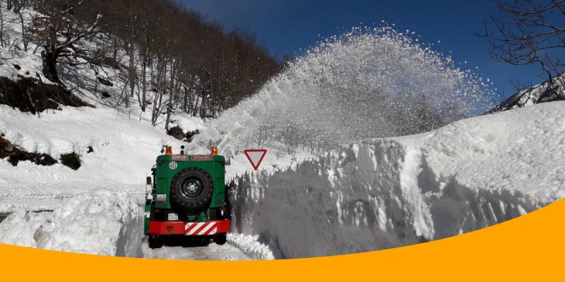 Màquina retirant neu acumulada en El Portillon, Huesca. Feines de conservació Benito Arnó