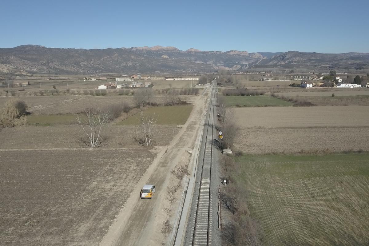 Vista aérea de un tramo de las obras para la realización de una vía de servicio en el ferrocarril