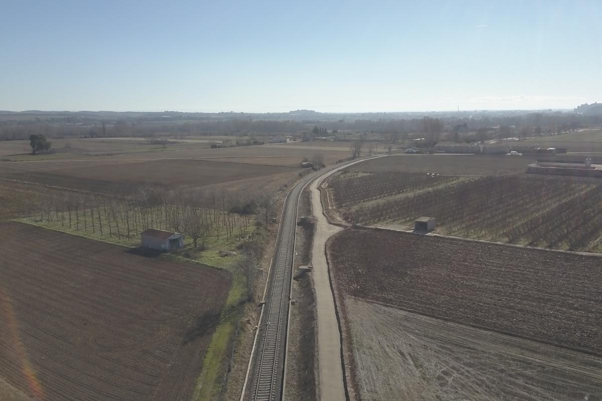 vista de la via de servei en contrucció al costat de les vies de ferrocarrils