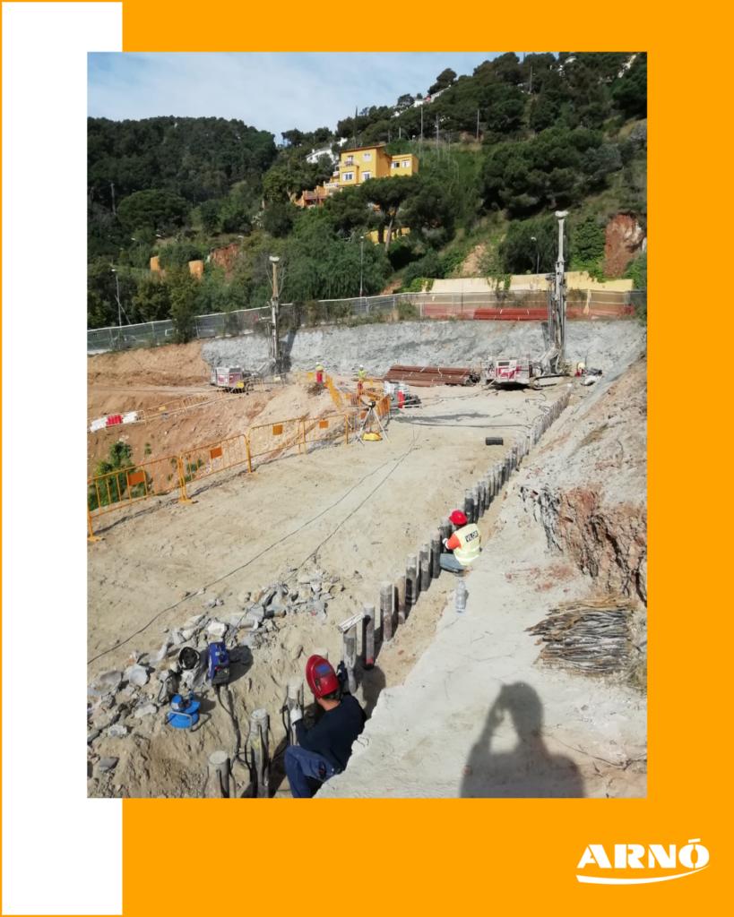 Excavación para la ubicación de un edificio. preparación del terreno previo a la construcción.